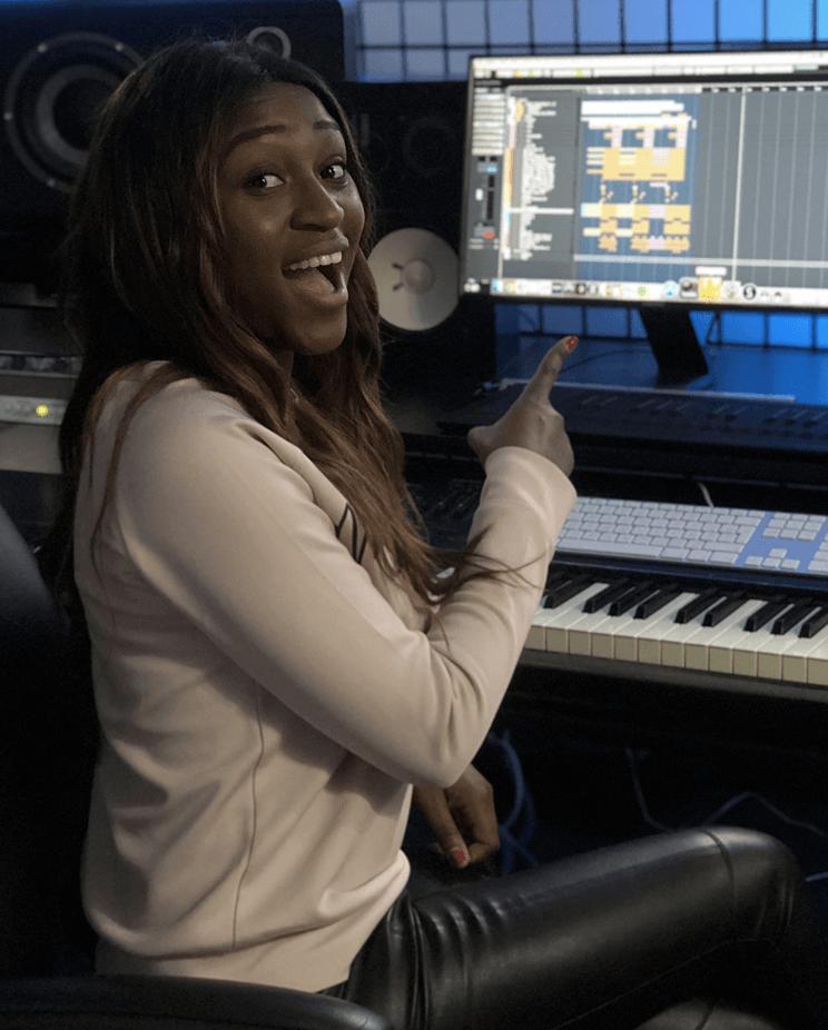 Chanteuse en studio - Hedayat Music