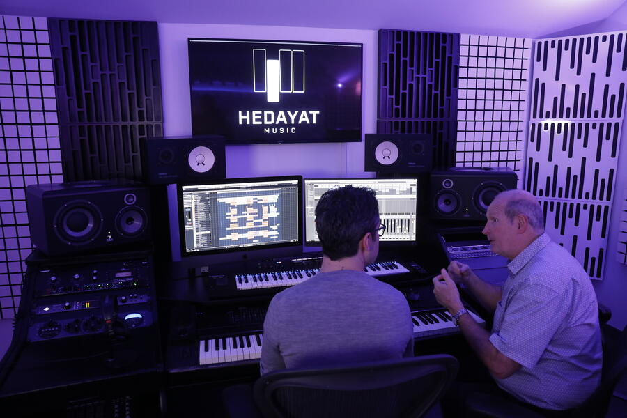 Compositeur et artiste en plein cours de MAO - Hedayat Music
