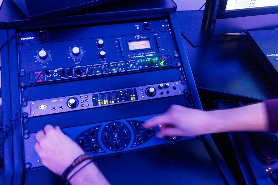 Table de mixage dans un studio d'enregistrement - Hedayat Music