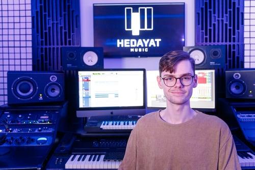 Casper, ingénieur du son, devant du matériel de musique professionnel.