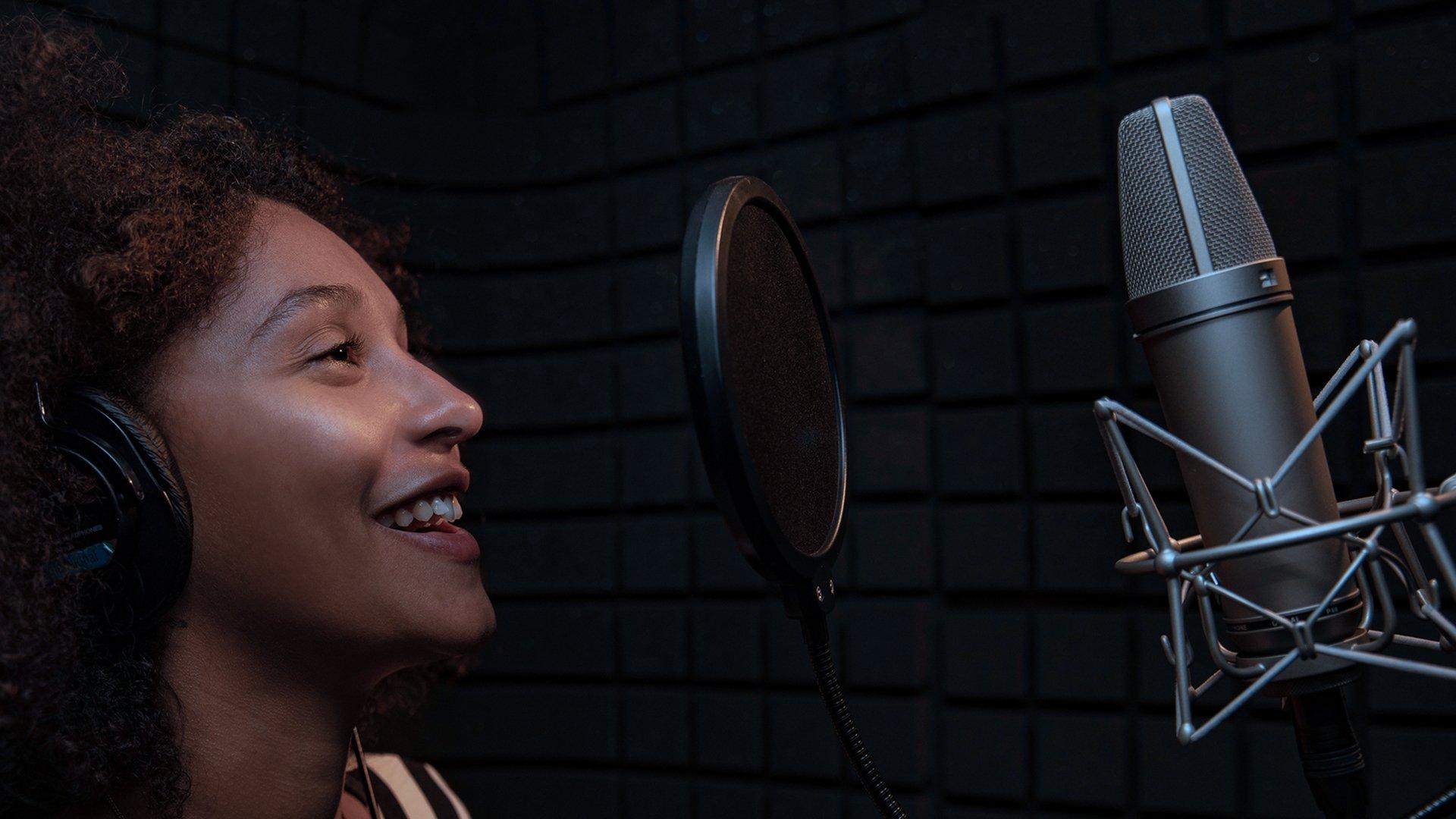 Chanteuse dans un studio d'enregistrement de musique - Hedayat Music